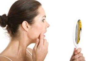 Mirando arrugas en el espejo