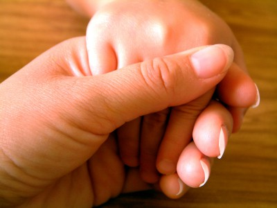 Manos de madre con hijo