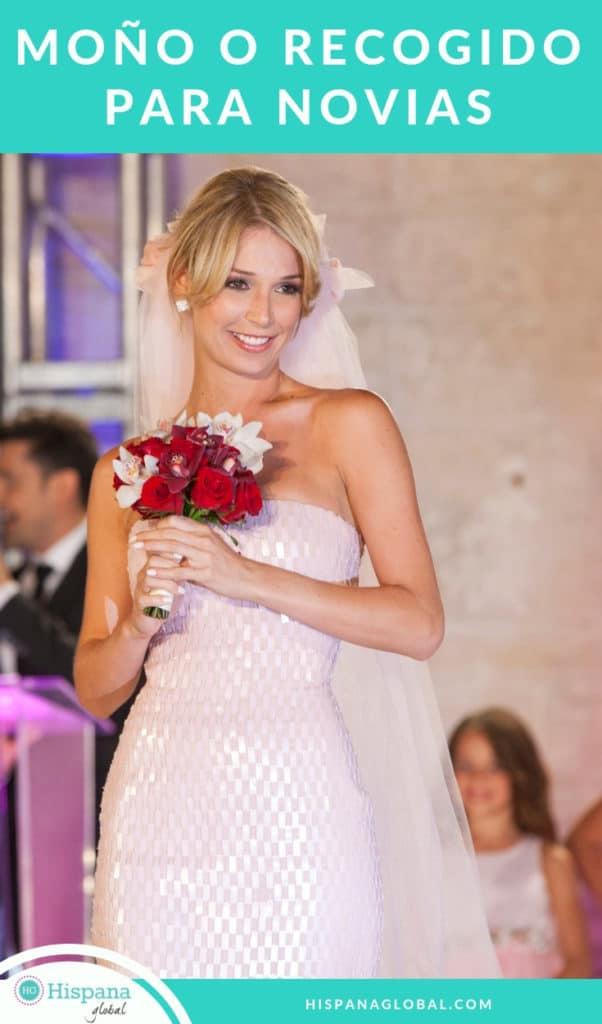 Aprende cómo hacer un moño o recogido, que es un peinado de novia romántico y clásico a la vez. Te enseñamos las instrucciones paso a paso.