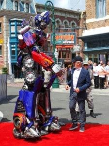 Steven Spielberg con Optimus Prime en inauguración  Transformers The Ride