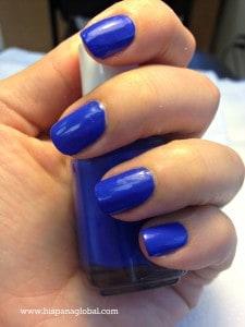 Azul está de moda en esmaltes de uñas