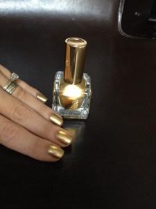 Uñas doradas con Esmalte Pure Color de Estee Lauder