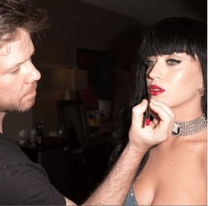 Jake Bailey maquillando a Katy Perry