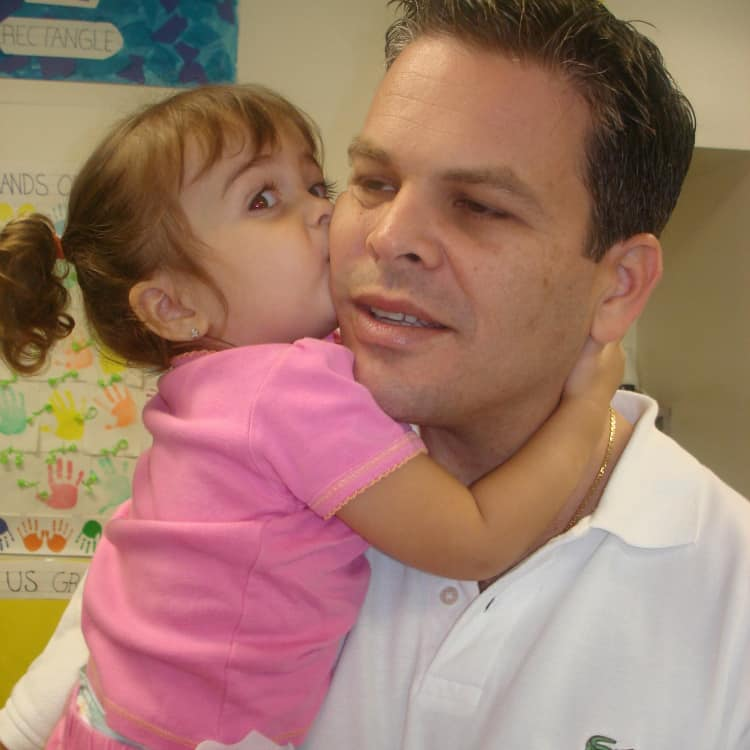 Padre dejando a hija en jardín infantil