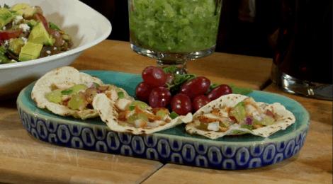 Varia las recetas como estos tacos de salmón, aguacate y uvas