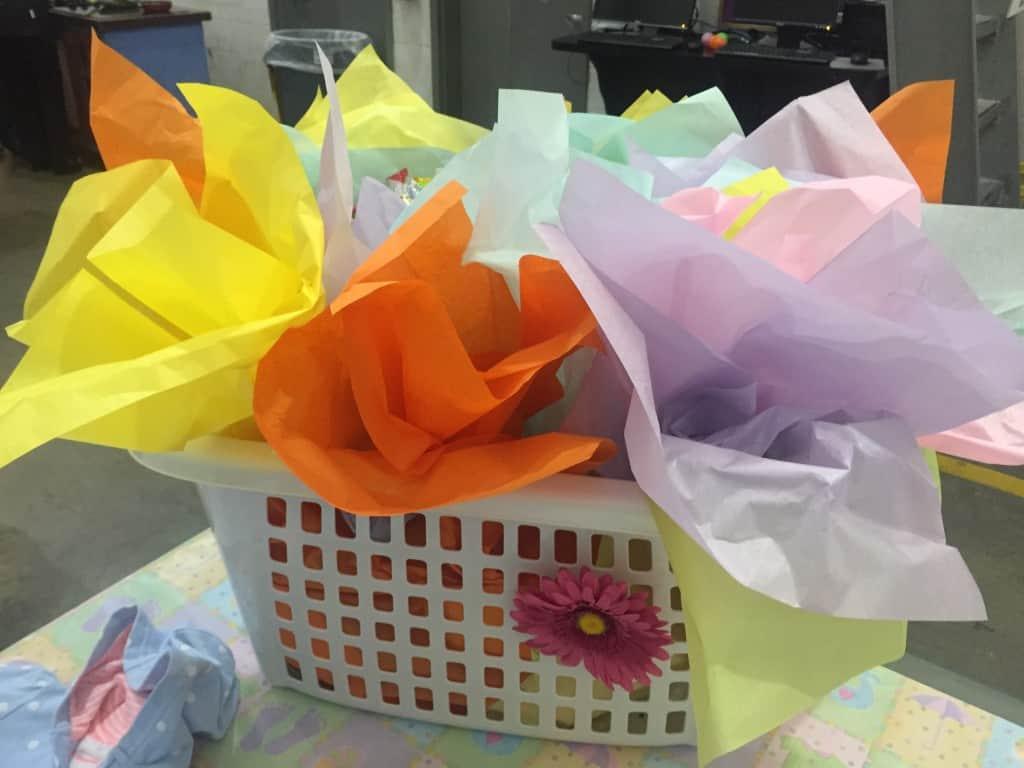 canasta para lavanderia con regalos de baby shower