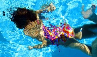 Enseñarle a nadar a los niños es fundamental