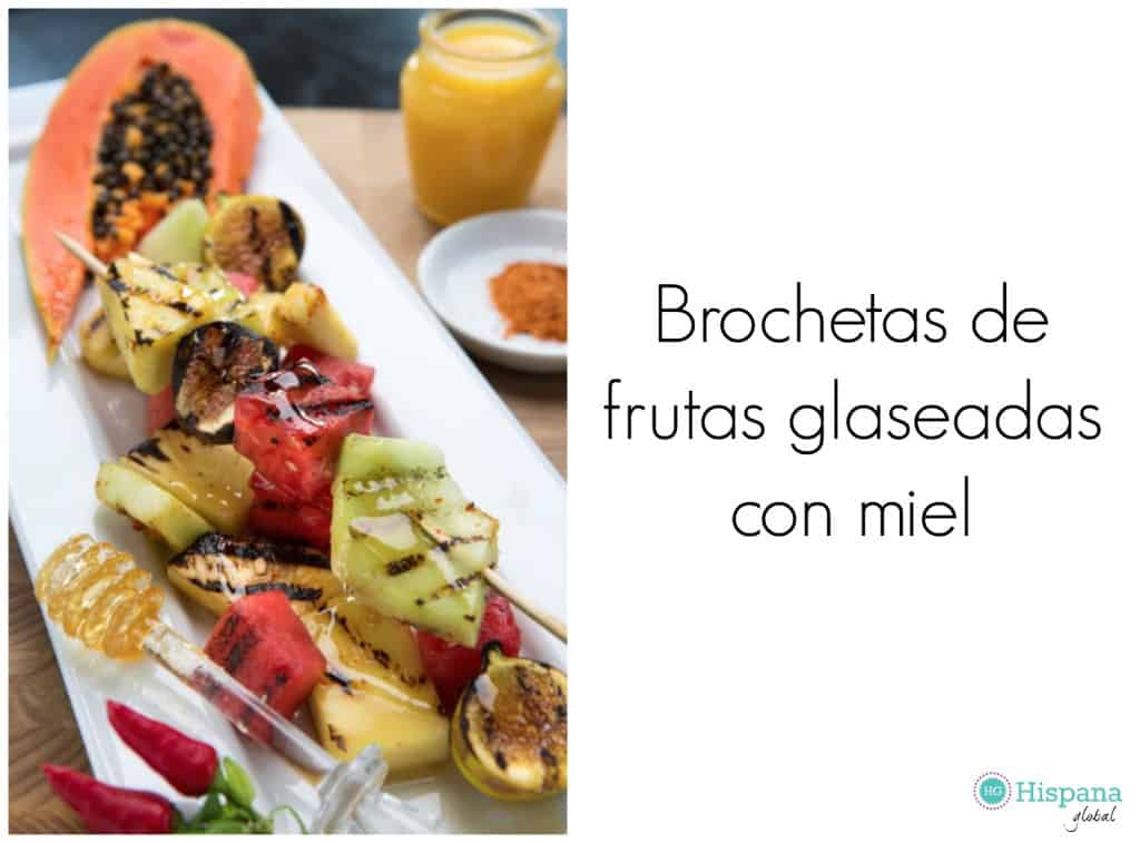 Brochetas de frutas glaseadas con miel