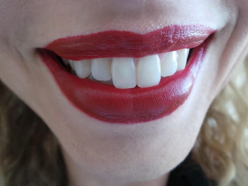 sonrisa con labial rojo