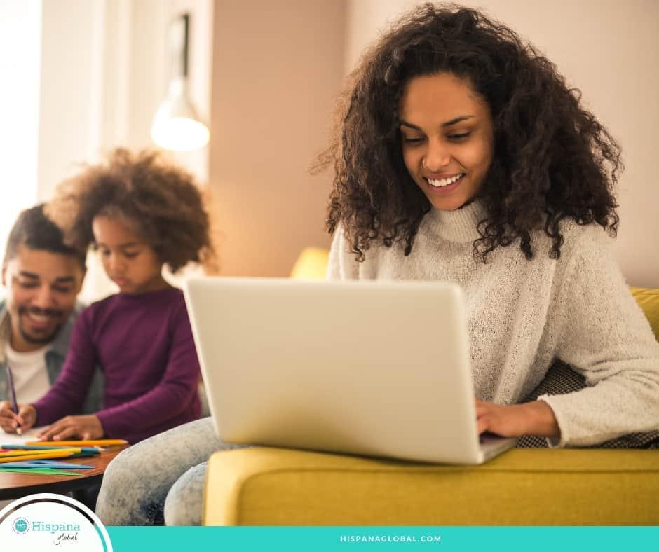 A la hora de trabajar desde casa, las mamás necesitan poner límites. Hay múltiples beneficios pero estos consejos te pueden ayudar a organizarte mejor.