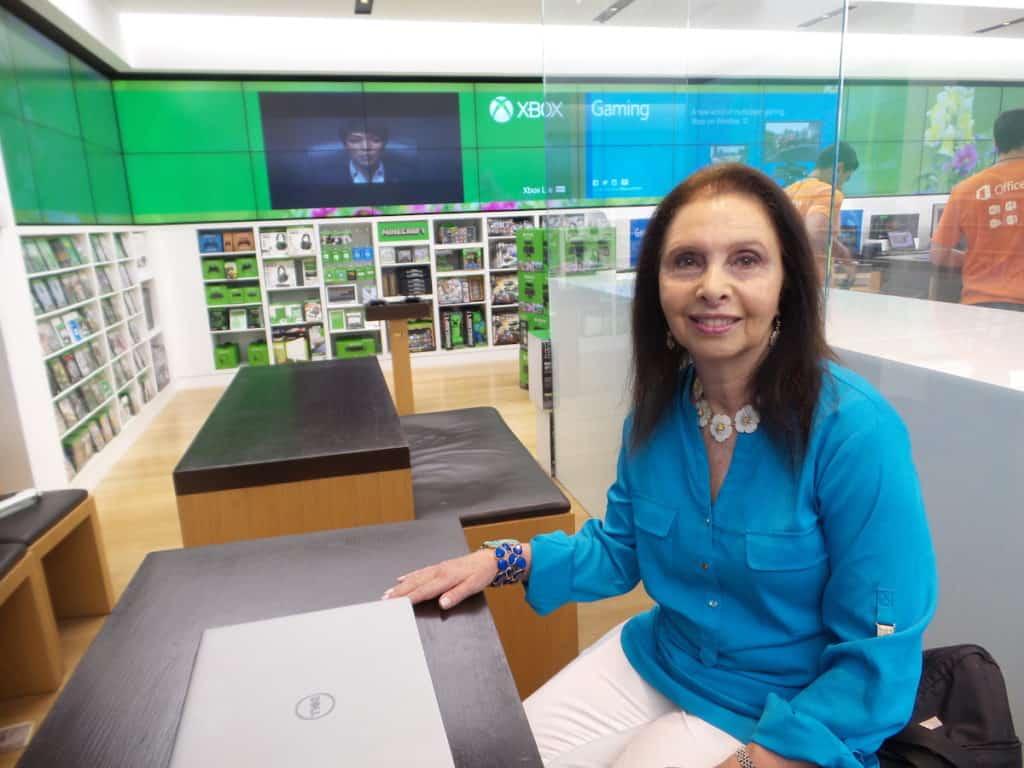 Abuela latina en tienda Microsoft pierde miedo a tecnología