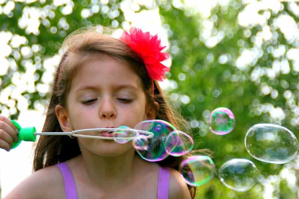 Soplar burbujas o pompas de jabón es una actividad gratuita que puedes hacer con tus hijos