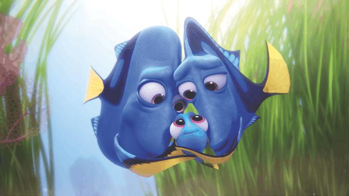 Dory y sus padres en tierna escena de Finding Dory de Disney Pixar