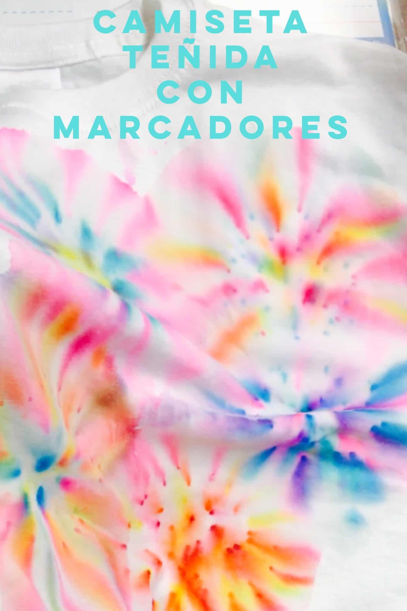 Si buscas una actividad colorida, divertida y fácil de hacer, te encantarán estas camisetas tie-dye que puedes teñir con plumones o marcadores y alcohol.
