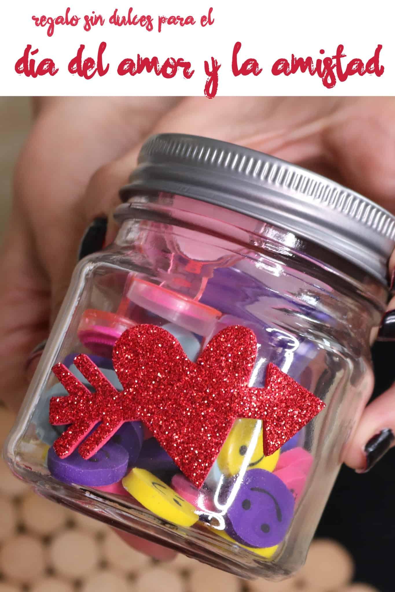 Haz un regalo sin dulces que los niños disfrutarán en el día de San Valentín, para así festejar el día del amor y la amistad