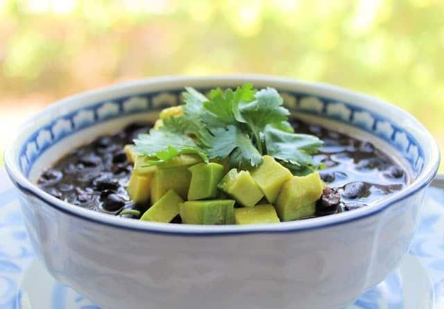 sopa de frijoles negros, recetas para celebrar el mes de la hispanidad