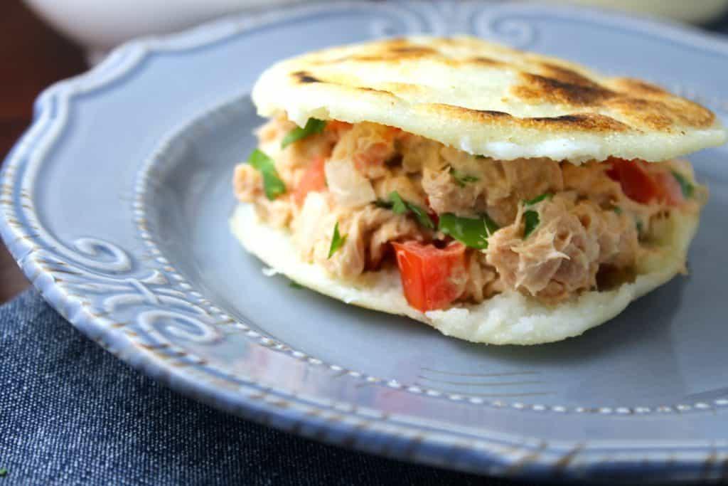 Esta arepa con ensalada de atún es ideal para la cuaresma
