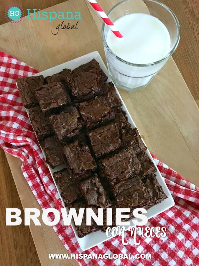 Estos brownies con nueces son tan deliciosos como fáciles de hacer. Puedes servirlos en el desayuno, merienda y como postre. Haz clic para ver la receta.