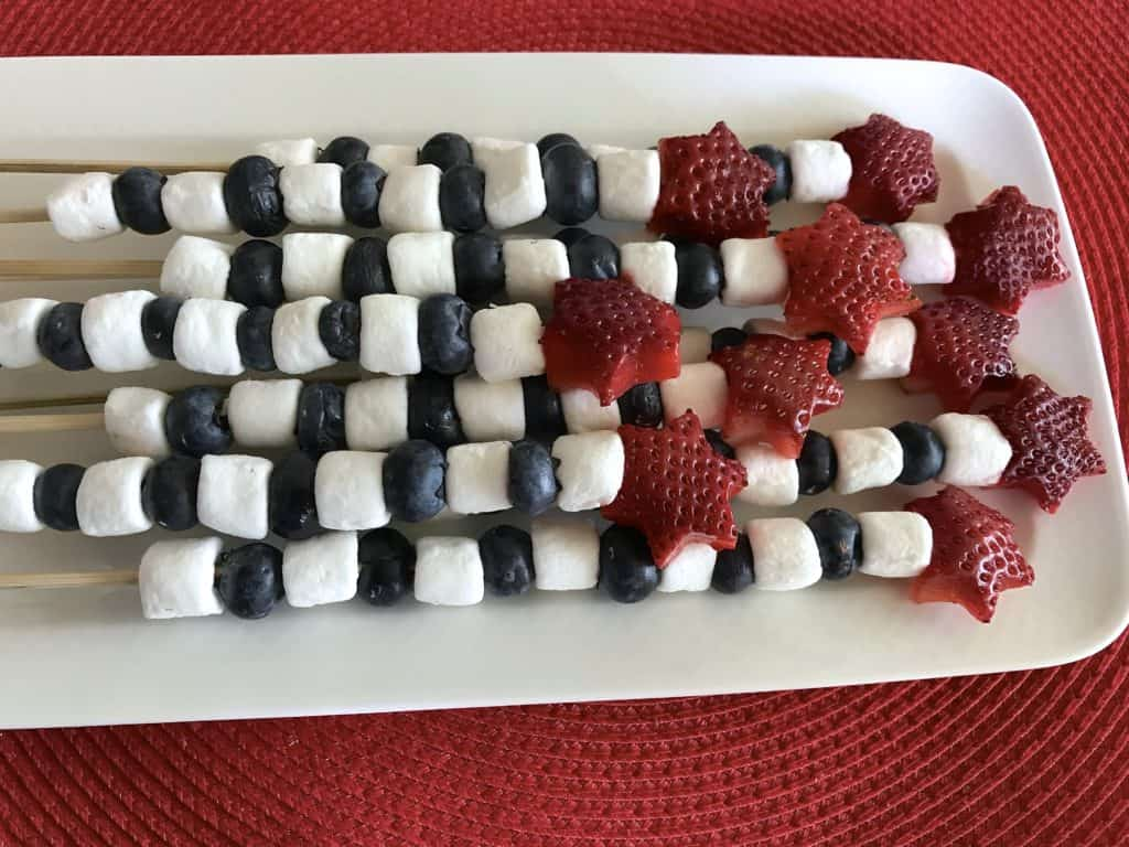 Aprende cómo preparar con tus hijos unas deliciosas brochetas o pinchos de frutas para celebrar el 4 de julio.