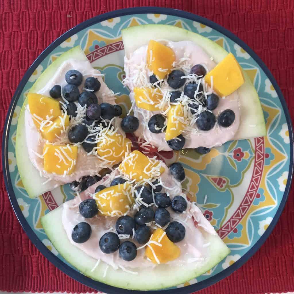 Este postre de frutas parece una pizza de sandía y es muy saludable