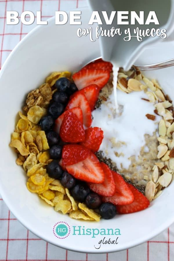Inspirado es los smoothie bowls, este delicioso bol de avena y fruta con nueces es tan fácil de preparar como nutritivo. Haz clic para ver la receta de este desayuno.