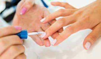 Una famosa manicurista da sus mejores consejos para mantener las uñas saludables cuando la temperatura baja y además que no se pelen, ni se rompan.