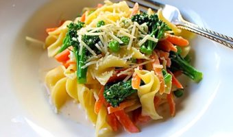 pasta con vegetales a la crema