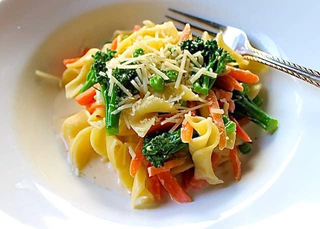 Receta sencilla de pasta con vegetales a la crema