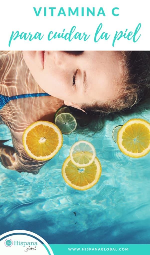 Si quieres proteger tu cutis y prevenir el envejecimiento de la piel, la vitamina C es un gran aliado. No se trata de ingerir aún más alimentos ricos en este nutriente, como pimientos, naranjas, kiwis y brócoli. Hay muchos productos de belleza como sueros y cremas que incorporan este antioxidante. Desde hace años uso el suero Skinceuticals C E Ferulic para proteger mi cutis, estimular la producción de colágeno y ayudar a que mi piel luzca radiante. Otras marcas también tienen muchos productos con vitamina C, pero hay varias cosas que debes saber antes de elegir cuál usarás. En general, la manera más práctica es incorporar la vitamina C en tu rutina diaria de belleza por la mañana. Consejos a la hora de usar productos de belleza con vitamina c Aquí tienes consejos de la doctora Sherry Ingraham para sacarle el máximo provecho. 1. Busca productos que tengan una concentración de ácido ascórbico de 10-15%. No todos los ingredientes son iguales, así que lee la etiqueta para saber qué hay en el serum que estás comprando. 2. Prefiere productos que vengan en envases opacos u oscuros para que así no se oxiden tan rápido y mantengan su potencia. 3. Guarda los productos con vitamina C en un lugar oscuro y fresco. Tienden a oxidarse y pueden perder eficacia si no los proteges del calor. 4. Si usas un suero o serum, aplica 4 gotas sobre tu cutis después de lavarlo por la mañana. 5. Usa la crema o el serum con vitamina C antes del bloqueador solar para aumentar su eficacia.