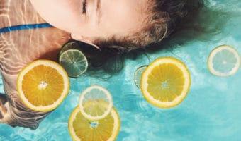 Cómo usar la vitamina C para cuidar tu piel y hacerla lucir radiante