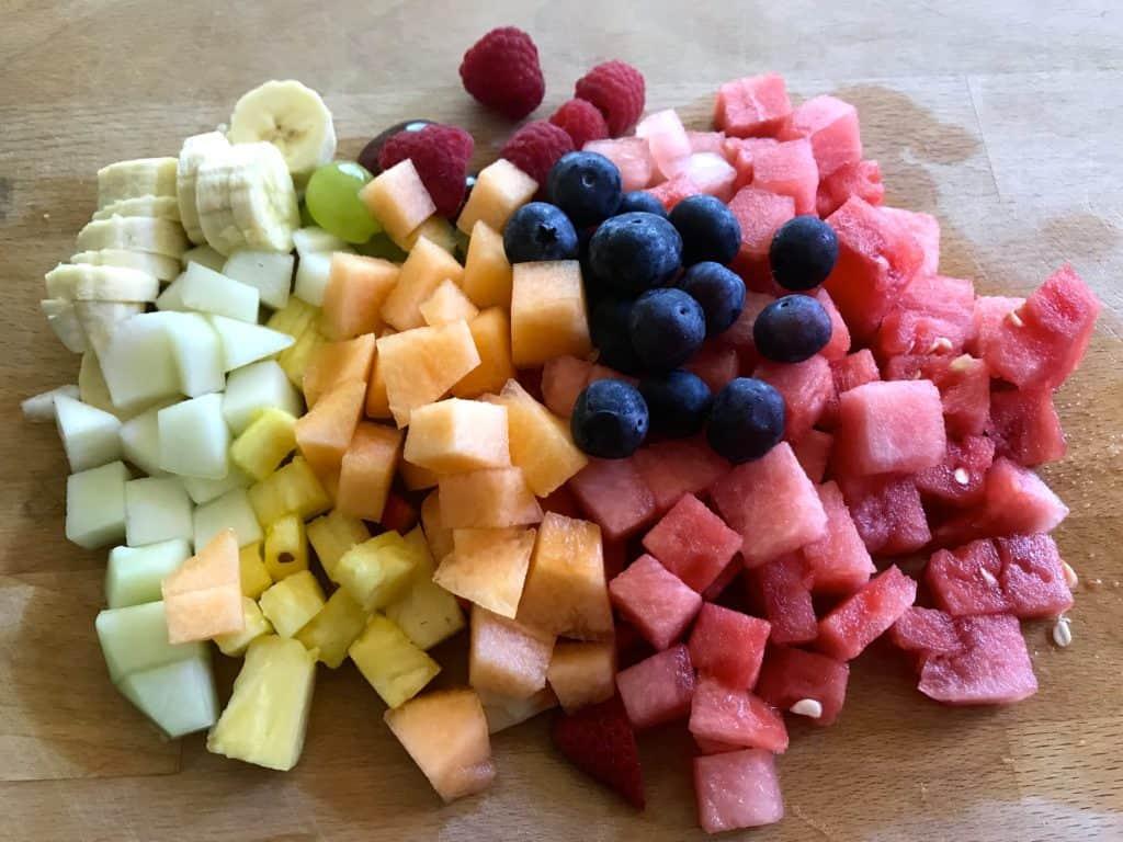 Esta ensalada de fruta es perfecta para comerla en el desayuno, como postre y también como merienda. Te mostramos la manera más fácil de prepararla.