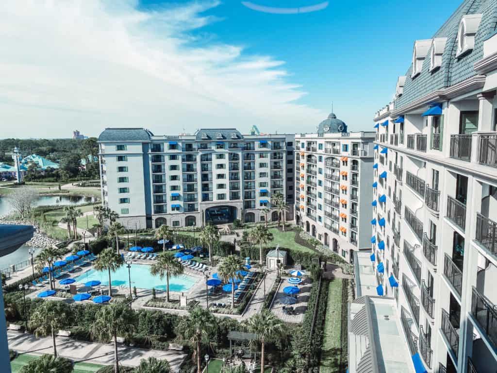 Descubre las principales razones por las que debes quedarte en el nuevo hotel Disney's Riviera Resort si viajas a Walt Disney World. ¡Es bellísimo!