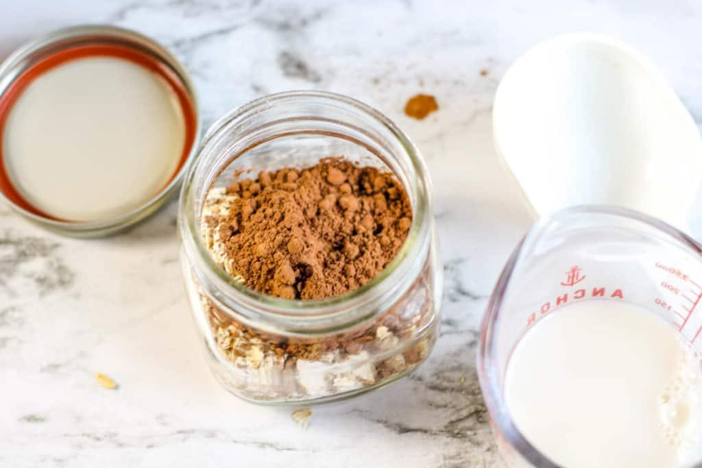Preparar tu desayuno la noche anterior te ahorrará mucho tiempo y esta receta de avena con sabor a brownie es saludable, fácil y realmente deliciosa. ¡Pruébala!