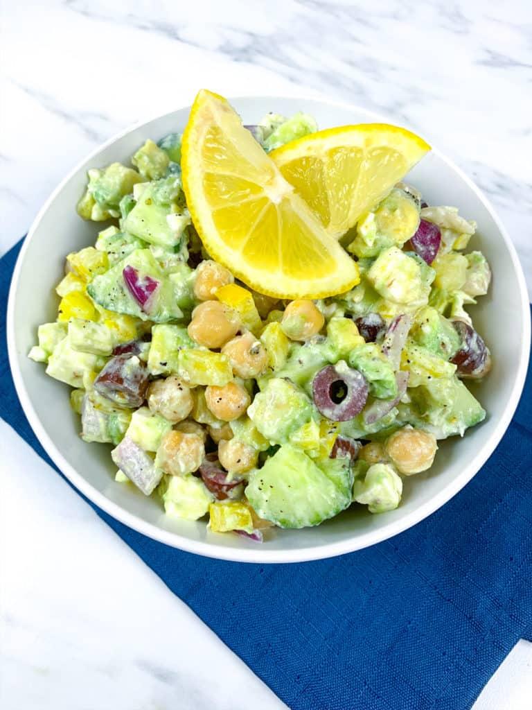 Esta deliciosa ensalada de aguacate, garbanzos y queso feta es saludable y muy fácil de preparar. ¡Prueba la receta! Es ideal para vegetarianos.