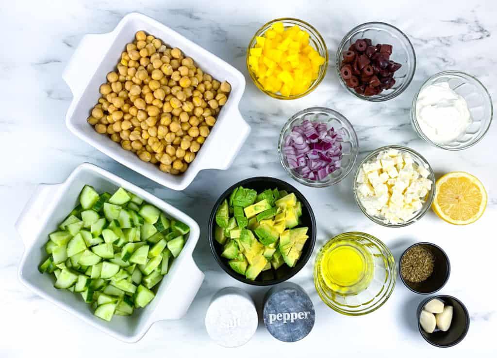 Ensalada de aguacate con garbanzos y queso feta, f'acil de preparar y muy saludable