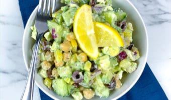 Receta de ensalada saludable de aguacate, garbanzos y queso feta