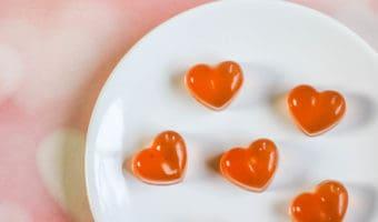 Haz tus propias gomitas o golosinas caseras en forma de corazón con esta receta simple y fácil. ¡Solo tiene 3 ingredientes!
