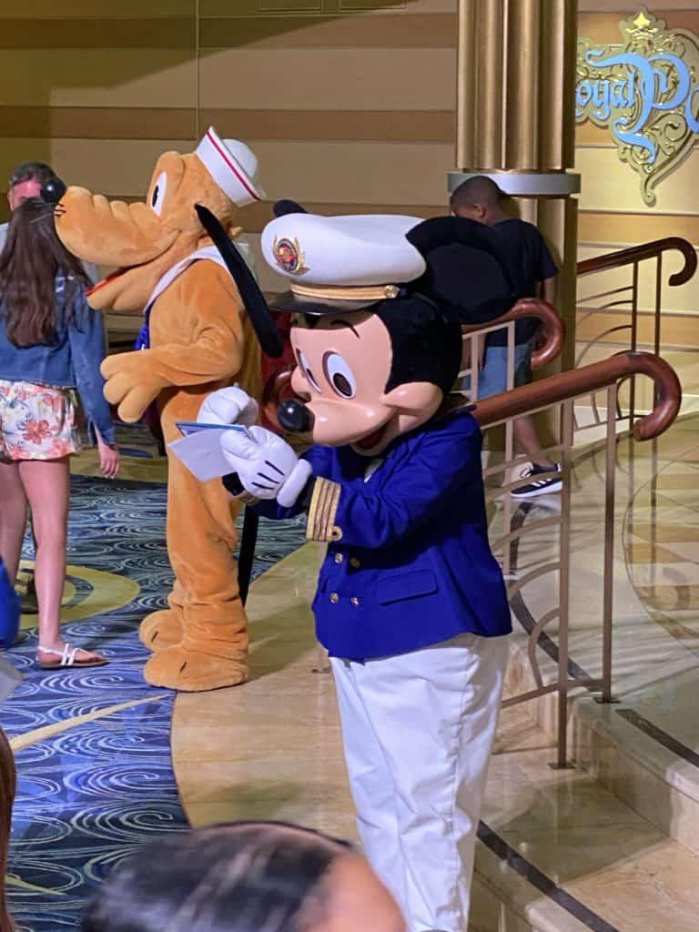 Una vacación en el crucero de Disney es ideal para toda la familia, desde bebés hasta los abuelos. Aquí tienes 20 consejos para ayudarte a planificar y disfrutar tu viaje en un barco de Disney.