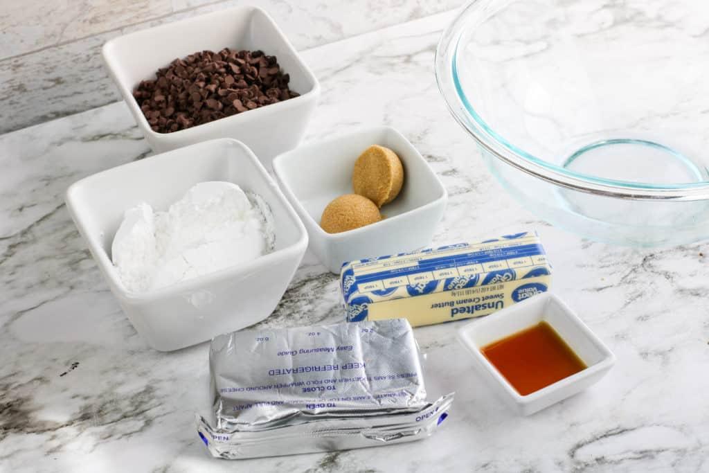 Si tú o tus hijos son fanáticos de las galletas, esta receta les encantará. Es un dip de masa de galletas con chispas de chocolate que no tiene huevo ni requiere cocción.