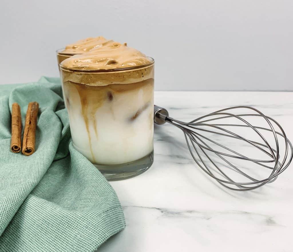 El café batido no es nuevo pero está de moda luego que se popularizara en las redes sociales como el café Dalgona. Aquí te decimos cómo prepararlo.