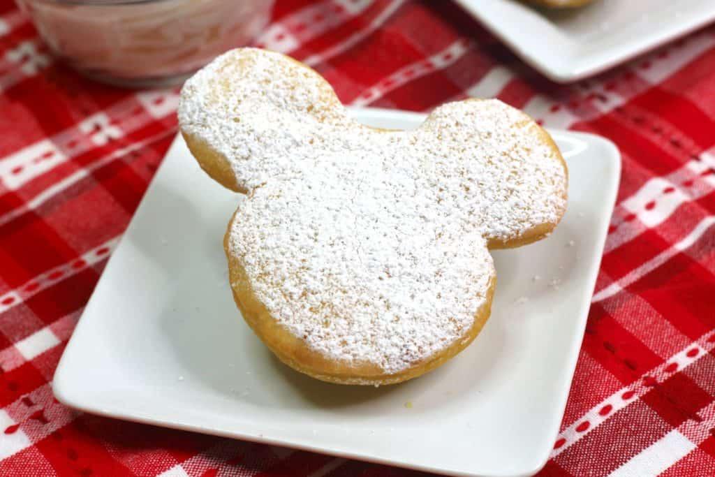 Cómo hacer rosquillas caseras de Mickey Mouse, inspiradas en los beignets que venden en los parques de Disney.