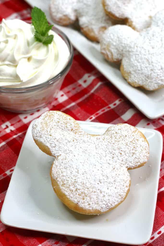 Cómo hacer rosquillas caseras de Mickey Mouse, inspiradas en los beignets que venden en los parques de Disney