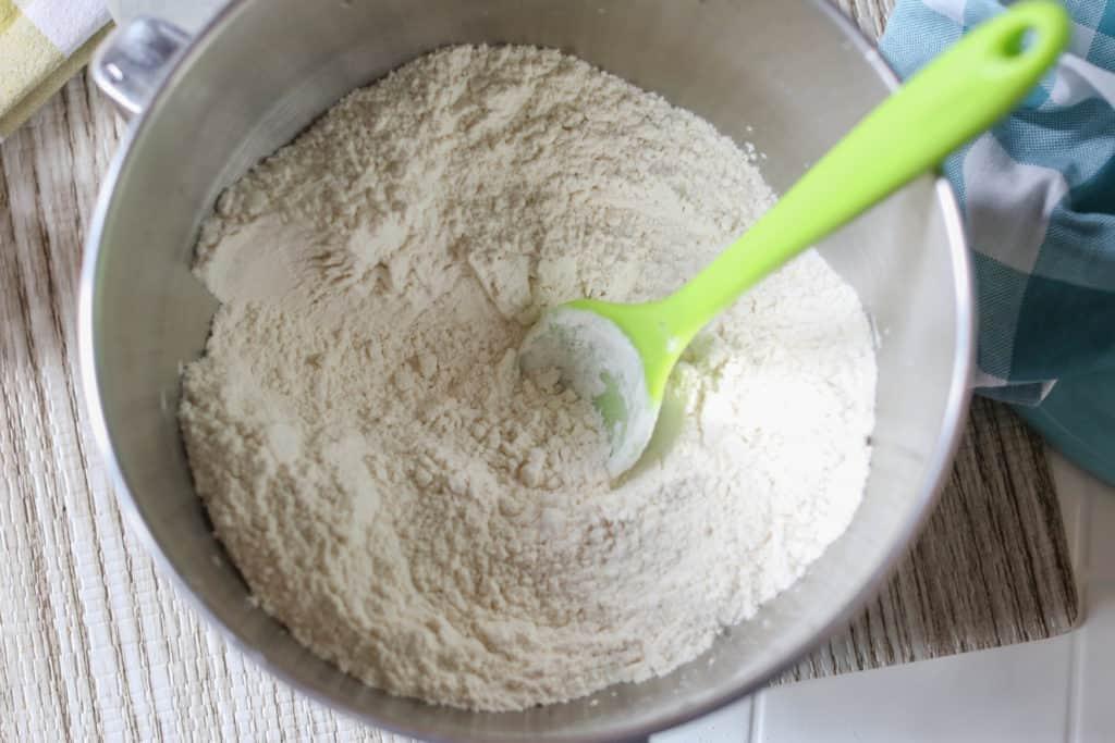 Esta receta de pan sin levadura, no solamente saca de apuros, sino que es delicioso y muy fácil de preparar. ¡Además, es muy económico!