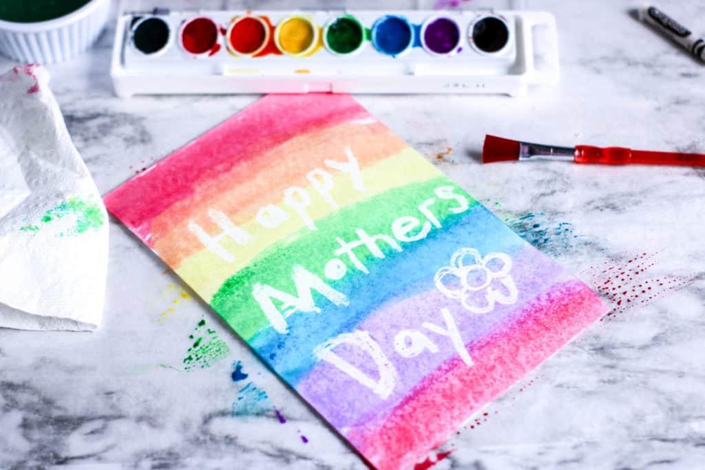 Te explicamos cómo hacer una tarjeta para el día de la madre pintada con acuarelas que resulta preciosa. ¡A los niños les encantará este proyecto!