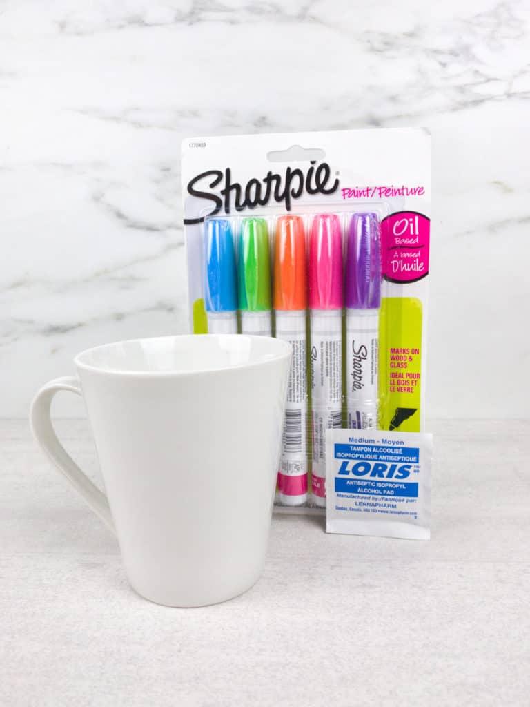 ¿Necesitas un regalo que los niños puedan hacer para mamá? Te decimos cómo hacer una taza personalizada para el día de las madres.