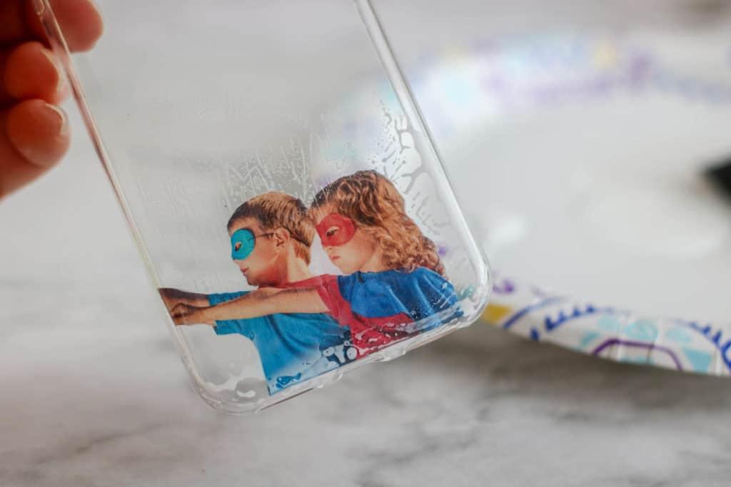 Aprende cómo hacer carcasas personalizadas para el teléfono móvil sin gastar mucho dinero. Los niños también pueden hacer este proyecto.