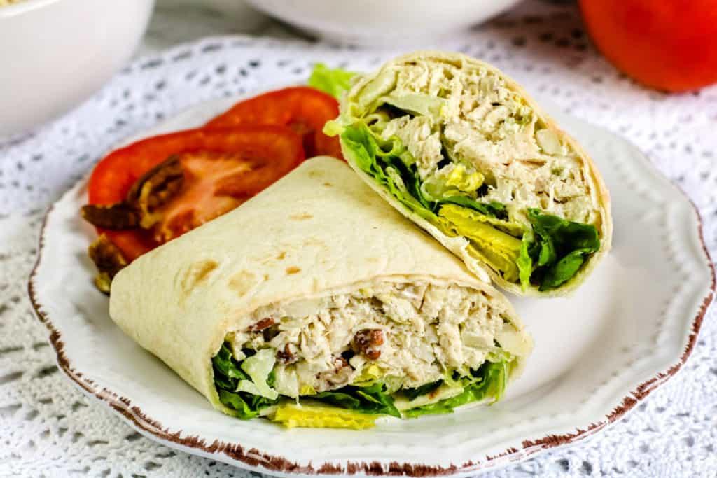 Si ya no sabes qué preparar para el almuerzo o la cena, estos riquísimos enrollados o wraps de ensalada de pollo te sacarán de apuros.