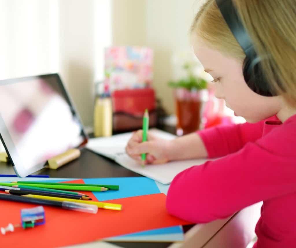 Sabemos que las clases virtuales no son fáciles para los niños ni los padres. Por eso te damos consejos para que la educación a distancia funcione mejor.