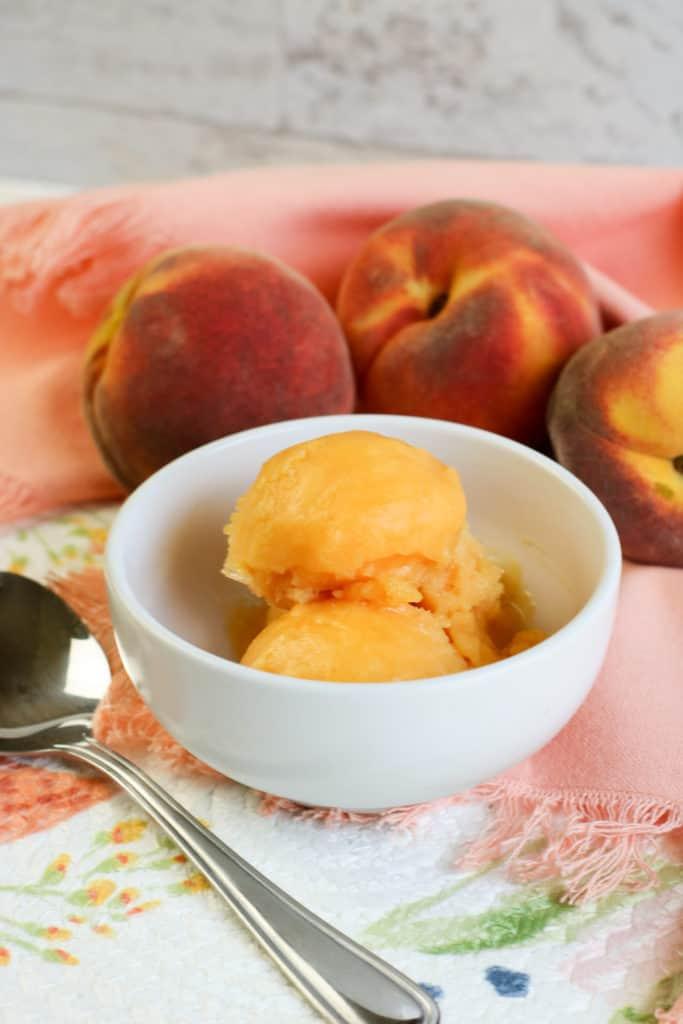 Descubre qué fácil es preparar sorbete de durazno o melocotón en casa. ¡Es un verdadero deleite!