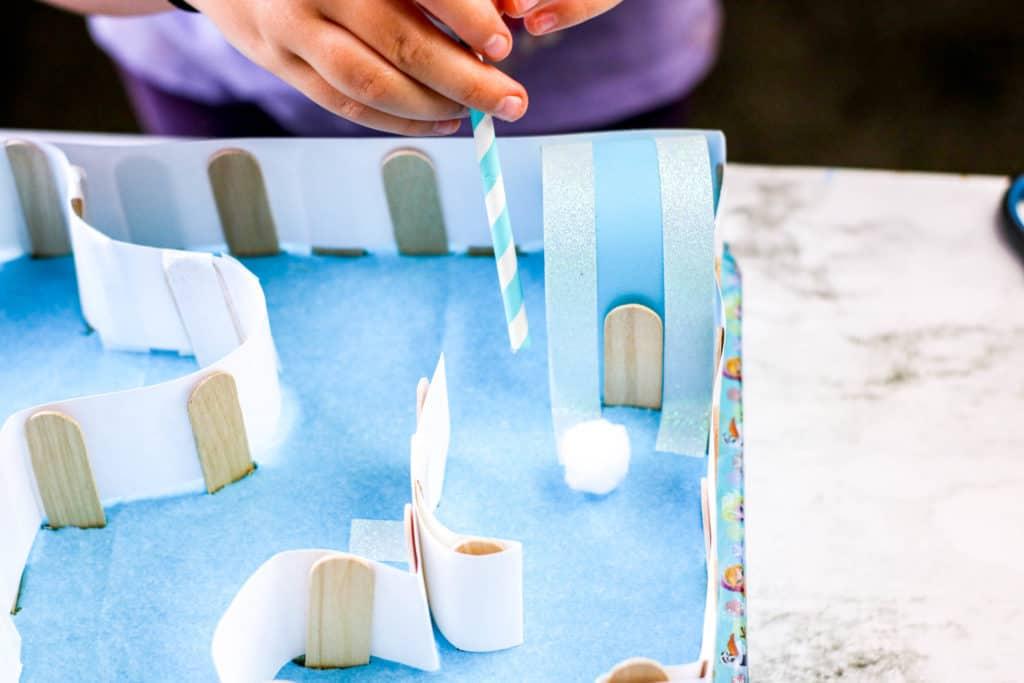 ¡Divierte a los niños en casa con actividades inspiradas en Frozen! Descubre cómo hacer un juego de mesa casero con carrera de obstáculos.